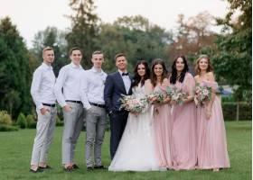 身穿时髦婚纱的新人和闺蜜在绿色的院子里排_7498015