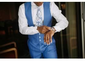 身穿蓝色西装的英俊非裔美国男子为婚礼做准_3983096
