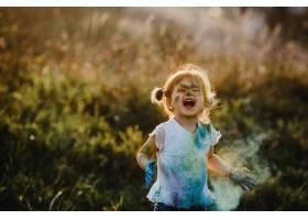 迷人的小女孩穿着白色衬衫上面覆盖着不同_2913972
