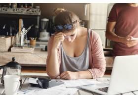 面临信用问题的抑郁夫妇压力很大的妻子在_9532777
