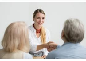 面带微笑的女商人在求职面试中与高级人力资_3954513