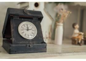 木质背景上的时钟_1381332