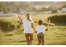 欧洲母亲和非洲儿子一家人在夏季公园里_10884070
