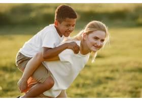 欧洲母亲和非洲儿子一家人在夏季公园里_10884090
