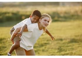 欧洲母亲和非洲儿子一家人在夏季公园里_10884094