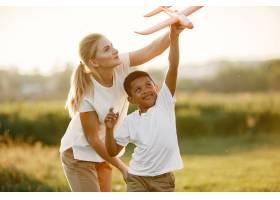 欧洲母亲和非洲儿子一家人在夏季公园里_10884098