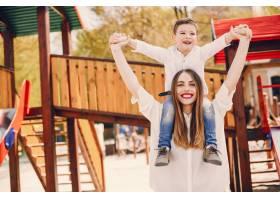 母亲和儿子在夏季公园里玩耍_4975052