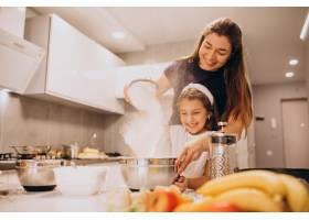 母亲和女儿一起在厨房烘焙_6213254
