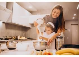 母亲和女儿一起在厨房烘焙_6213255