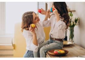 母亲和女儿为复活节画彩蛋_7869986
