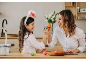 母亲和女儿为复活节画彩蛋_7870021