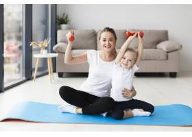 母亲和女儿举着重物摆姿势的正视图_7435864
