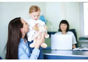 母亲和女儿在医生办公室_12233425