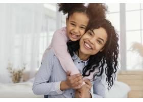 母亲和女儿在家中玩耍的前景_13108828