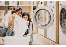 母亲和女儿在自助洗衣店洗衣服_6636866