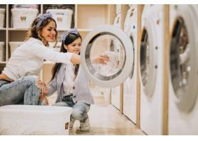 母亲和女儿在自助洗衣店洗衣服_6636868
