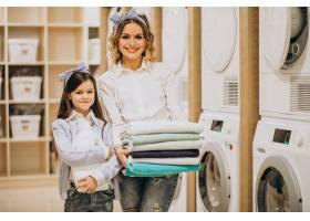 母亲和女儿在自助洗衣店洗衣服_6636882