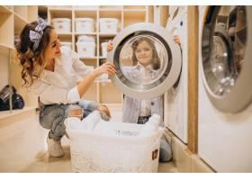 母亲和女儿在自助洗衣店洗衣服_6636903