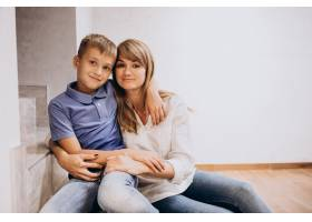 母亲和她的儿子一起坐在地板上_10298829