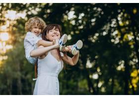 母亲和她的儿子在公园里玩得很开心_10298768