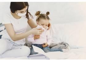 母亲和婴儿在家里戴着医用口罩_8819028