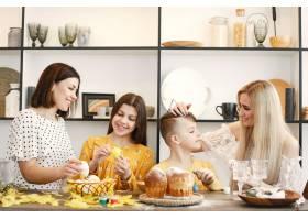 母亲和孩子画复活节彩蛋_13551772