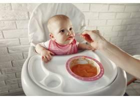 母亲在厨房里给她的小婴儿喂奶_7396998