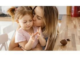 母亲在家中与女儿共度时光_12658800