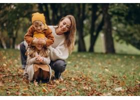 母亲带着孩子在公园里玩耍_10705879