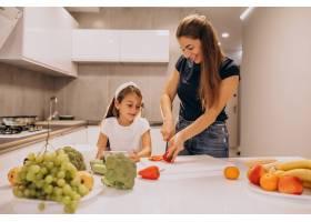 母亲带着小女儿在厨房里一起做饭_6213234