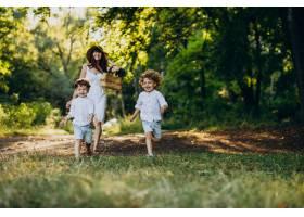 母亲带着两个儿子在公园里玩耍_10298751
