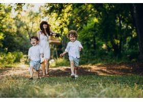 母亲带着两个儿子在公园里玩耍_10298752