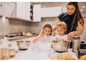 母亲带着两个女儿在厨房烘焙_6213247