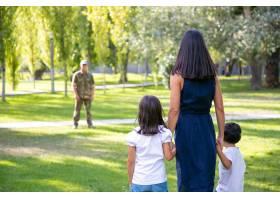 母亲带着两个孩子在户外会见军人父亲后视_11301172
