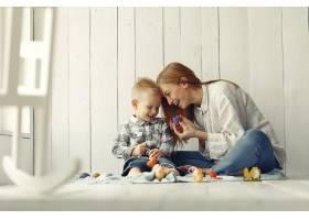 母亲带着儿子在家准备复活节_7398070
