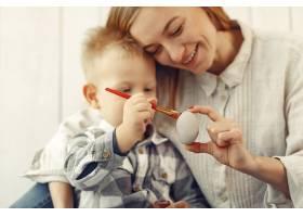 母亲带着儿子在家准备复活节_7398083