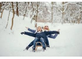 母亲带着可爱的儿子在冬橡树里_4062735