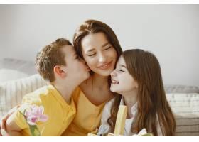 母亲带着女儿和儿子在家做一个节日篮子_13272769