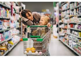 母亲带着女儿在杂货店_5852340