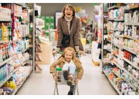 母亲带着女儿在杂货店_5852343