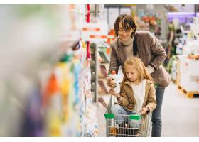 母亲带着女儿在杂货店_5852344