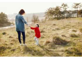 母亲带着女儿在森林里_3089934