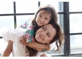 母亲带着女儿摆姿势_10446313