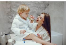 母亲带着年幼的儿子在浴室里_4381313