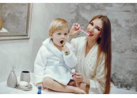 母亲带着年幼的儿子在浴室里_4381314
