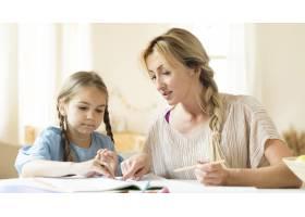 母亲帮女儿做作业_10604708