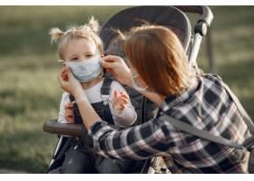 母亲戴着口罩大流行期间母亲抱着婴儿车_11160524