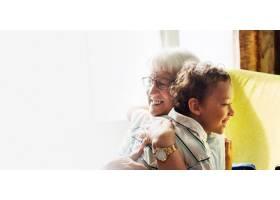 奶奶和孙子拥抱后的社交距离设计空间_13307292