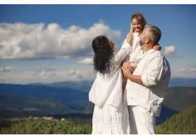 山里的人祖父母和孙子孙女穿着白色连衣_10884913