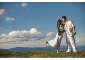 山里的男人和女人年轻夫妇在日落时分相爱_10884974